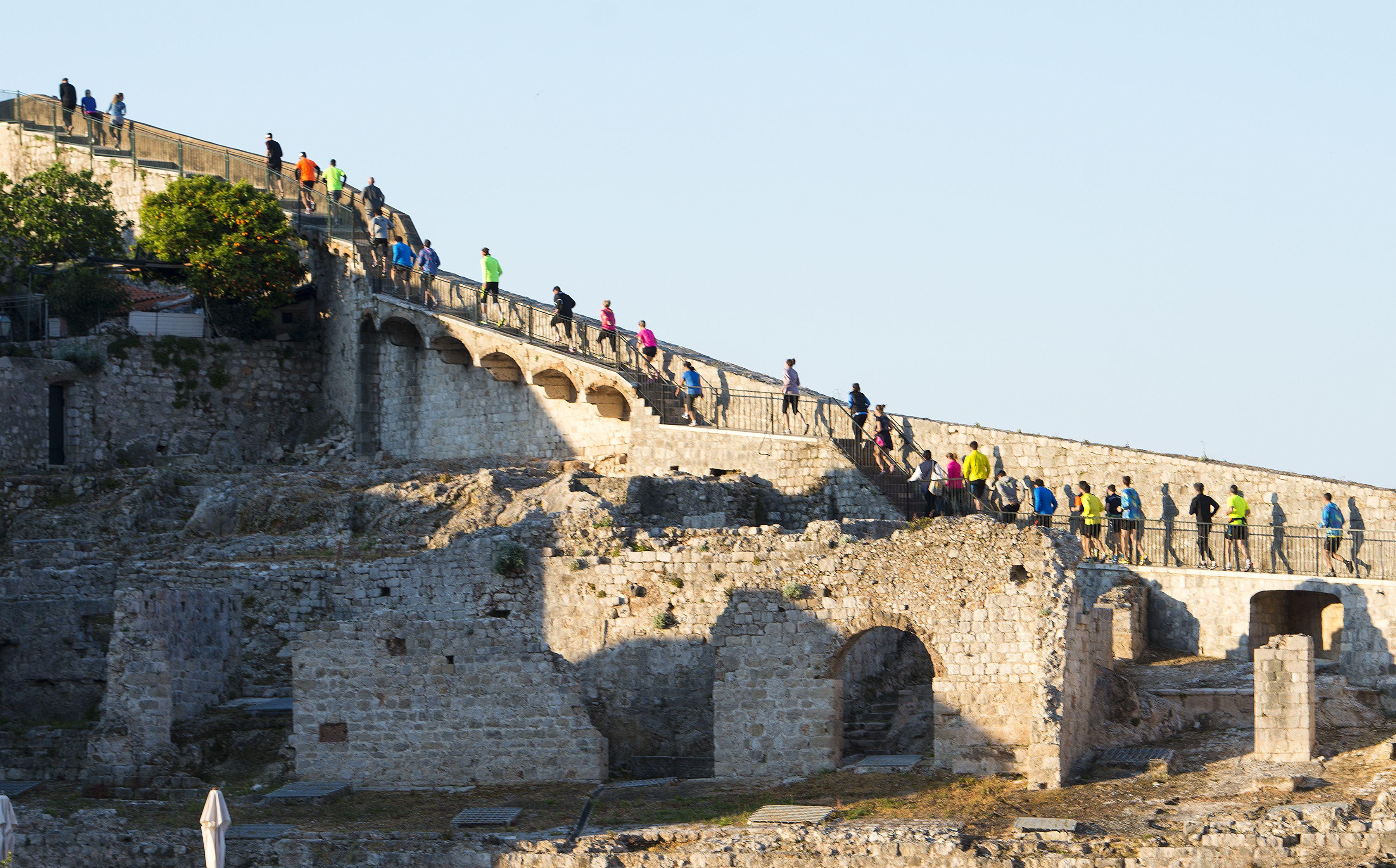 running, city, walls