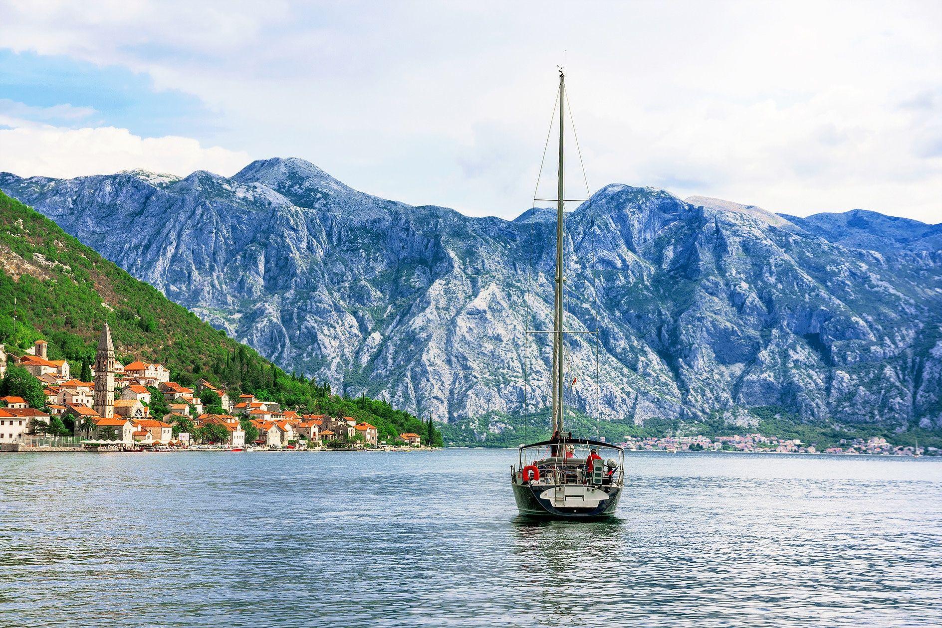 boat-sailing-medi-kompas