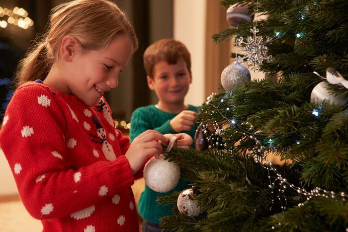 decorating_christmas_tree