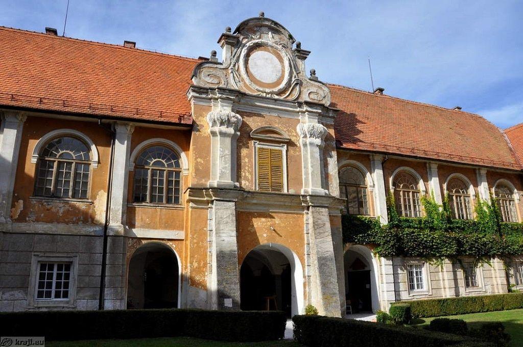 dvorec_statenberg_vrata