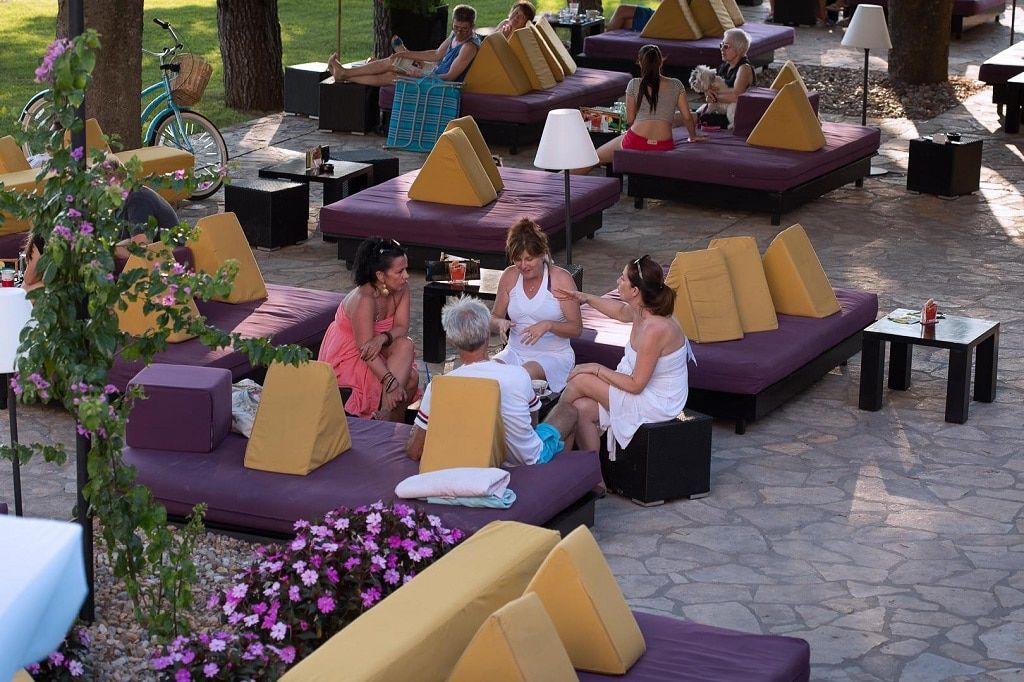lavender_lounge_bar_guests