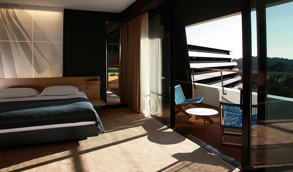 hotel_lone_bedroom