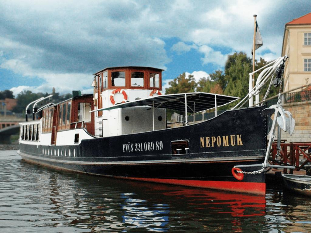 nepomuk_river_boat